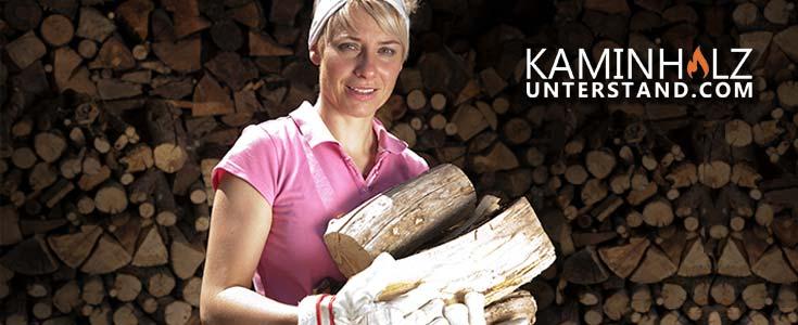 Frau trägt Kaminholz vor einem Kaminholzunterstand