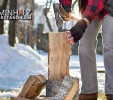 Mann hackt Holzscheite für Kamin