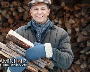 Mann beim lagern von Kaminholz im Winter zu Hause
