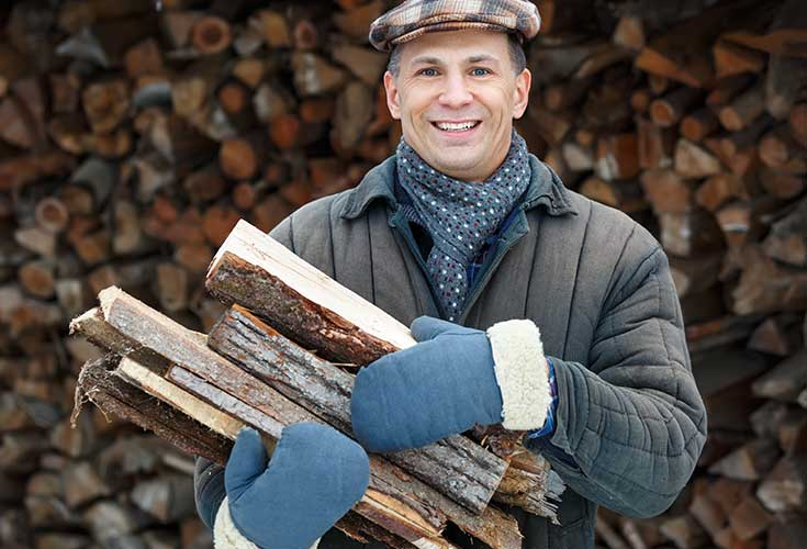 Mann vor einem Kaminholzunterstand Metall